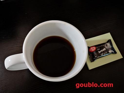 コーヒーカップ、キットカット、おやつ