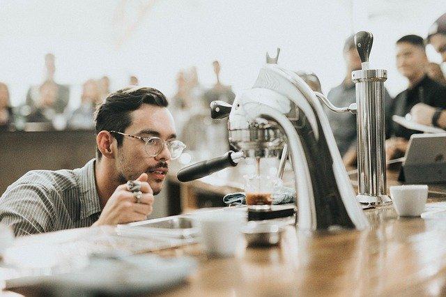 コーヒーメーカー、喫茶店、白人男性