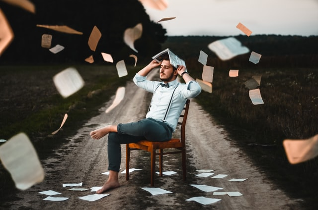 本と椅子と青年、学習