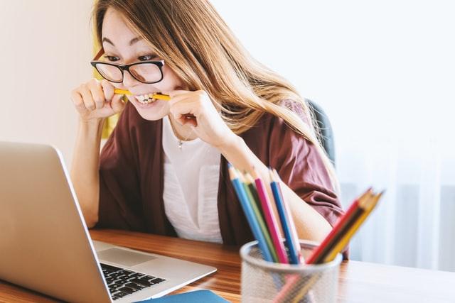 勉強、パソコン、女性
